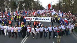 Tłumy zbierają się na placu Trzech Krzyży
