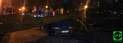 Wietrzna noc na południu Polski. Przygniecione auto, zerwany dach