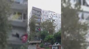 Trzęsienie ziemi w Turcji - zawalenie się budynku mieszkalnego
