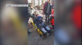 Ratownicy wynoszą ludzi z zawalonych budynków